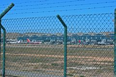 Aéroport d'Alicante par la barrière de sécurité photos stock