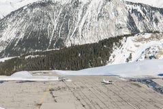 Aéroport d'Altiport dans une montagne alpine Photographie stock