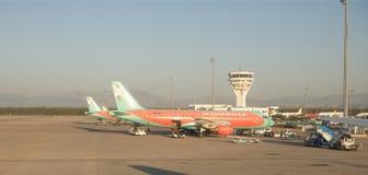 Aéroport d'Antalya, Turquie, tôt le matin Air de service de travailleurs Image libre de droits