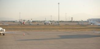 Aéroport d'Antalya, Turquie, tôt le matin Avions sur le stationnement Photos stock