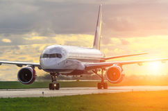 Aéroport d'avion dans le ciel au lever de soleil Photographie stock libre de droits