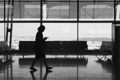 Aéroport d'intérieur avec des personnes Fond de tourisme de voyage Image libre de droits