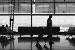 Aéroport d'intérieur avec des personnes Fond de tourisme de voyage passager Photos stock