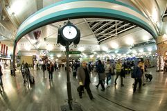 Aéroport d'Istanbul Atatürk - horloge Photographie stock libre de droits