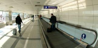 Aéroport d'Istanbul Atatürk - passage couvert mobile Image libre de droits
