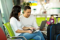 aéroport d'ordinateur de couples Image stock