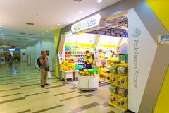 Aéroport de achat de Narita de magasin de Pokemon de Caucasiens Photographie stock libre de droits