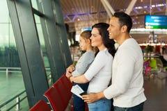 Aéroport de attente de famille Photographie stock