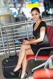 Aéroport de attente de femme d'affaires Photographie stock