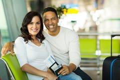 Aéroport de attente de vol de couples Photo stock