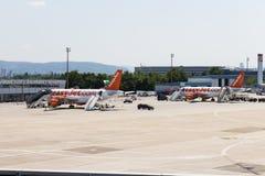 AÉROPORT de BÂLE avec l'easyJet voies aériennes de COM Images stock