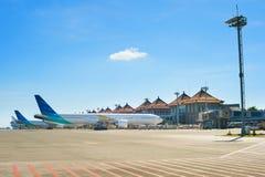Aéroport de Bali avec beaucoup d'avions Photo stock