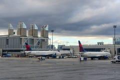 Aéroport de Boston au lever de soleil, Boston, le Massachusetts, Etats-Unis Photographie stock libre de droits