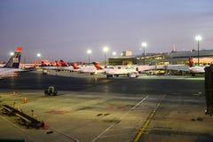 Aéroport de Boston au lever de soleil, Boston, le Massachusetts, Etats-Unis Photos stock