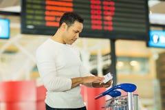 Aéroport de carte d'embarquement d'homme Images libres de droits