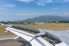 Aéroport de Chiang Mai par le parke plat de fenêtre, de piste et d'avions Photographie stock