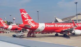 Aéroport de Chiang Mai par le parke plat de fenêtre, de piste et d'avions Photographie stock libre de droits
