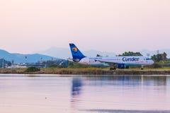 AÉROPORT DE CORFOU, GRÈCE - 9 JUILLET 2011 : Airbus A320 de condor à t Images libres de droits