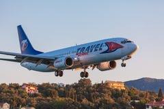 AÉROPORT DE CORFOU, GRÈCE - 3 JUILLET 2011 : Boeing 737 de servi de voyage Photos stock