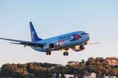 AÉROPORT DE CORFOU, GRÈCE - 3 JUILLET 2011 : Boeing 737 de servi de voyage Photo stock
