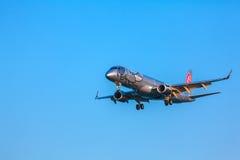 AÉROPORT DE CORFOU, GRÈCE - 9 JUILLET 2011 : Embraer 190 de Niki au Photo libre de droits
