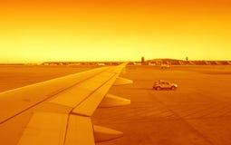 Aéroport de coucher du soleil Images stock