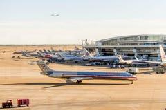 Aéroport de DFW - avions sur la rampe Images libres de droits
