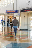 Aéroport de DFW - passagers dans la station de Skylink Photos libres de droits