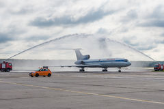 Aéroport de Domodedovo, Moscou - 11 juillet 2015 : Tupolev Tu-154M EW-85748 des lignes aériennes de Belavia saluées par la voûte  Images libres de droits