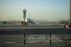 Aéroport de Dubaï L'avion avec la passerelle d'avions attend des passagers Équipement de soutien au sol Image stock