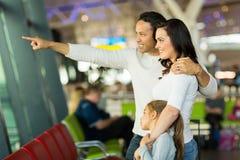 Aéroport de famille se dirigeant dehors Photographie stock libre de droits