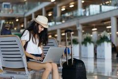 Aéroport de femme avec le concept d'ordinateur portable Photo libre de droits