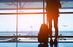 Aéroport de femme avec le concept de valise Image libre de droits
