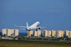 Aéroport de Flybe Jet Taking Off From Alicante photo stock