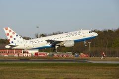 Aéroport de Francfort - Airbus A319 de Croatia Airlines décolle images libres de droits