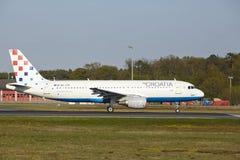 Aéroport de Francfort - Airbus A320 de Croatia Airlines décolle photos stock