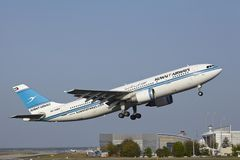 Aéroport de Francfort - Airbus A300 de Kuwait Airways décolle Images stock