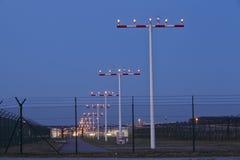 Aéroport de Francfort (Allemagne) - baliser des mâts à l'heure bleue Image libre de droits