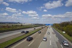 Aéroport de Francfort - autoroute A5 avec le roadsign à l'aéroport Image libre de droits