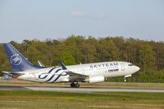 Aéroport de Francfort - Boeing 737-700 du transport aérien roumain décolle Photos libres de droits