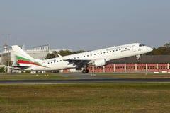 Aéroport de Francfort - Embraer ERJ-190 de Bulgaria Air décolle Images libres de droits