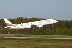 Aéroport de Francfort - Embraer ERJ-190 de Bulgaria Air décolle Photos stock