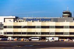 Aéroport de Francfort international, l'aéroport le plus occupé en Allemagne sur le fond bleu de ciel d'hiver Photo stock