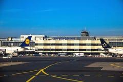 Aéroport de Francfort international, l'aéroport le plus occupé en Allemagne sur le fond bleu de ciel d'hiver Photo libre de droits