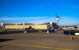 Aéroport de Francfort international, l'aéroport le plus occupé en Allemagne sur le fond bleu de ciel d'hiver Images stock