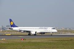 Aéroport de Francfort - l'avion à réaction de Lufthansa Regional décolle Image libre de droits