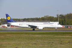 Aéroport de Francfort - l'avion à réaction de Lufthansa Regional décolle Photographie stock libre de droits