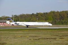 Aéroport de Francfort - le bombardier CRJ900 de Lufthansa Regional décolle Photographie stock libre de droits