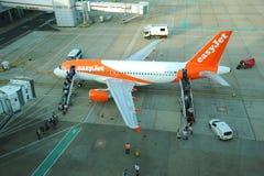 Aéroport de Gatwick Passagers faciles de chargement de jet Image stock