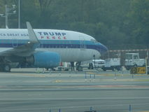 Aéroport 17 de Jet Airplane At LaGuardia de Donald Trump Image stock